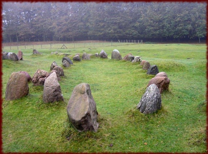 Lindholm Hoje, au Danemark, avec plus de 600 tombes naviformes