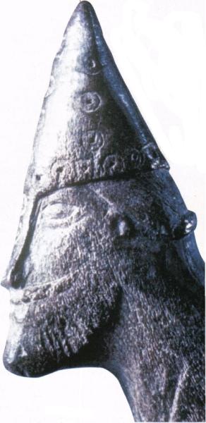 tête de guerrier avec un casque conique