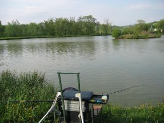 La rivière kan le bord de Krasnoïarsk la pêche