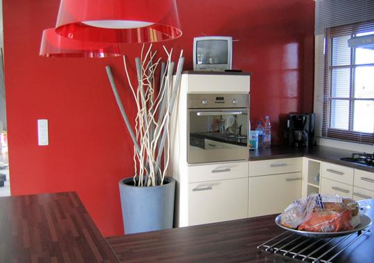 Cuisine Blanche Frigo Noir : aime les cuisines aux murs rouges comme ça