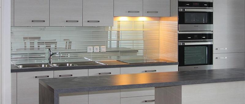 Credence moderne pour cuisine maison design for Credence en miroir pour cuisine