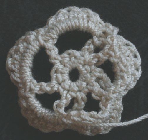 Одна схема вязания крючком - три разные шапочки на фото.